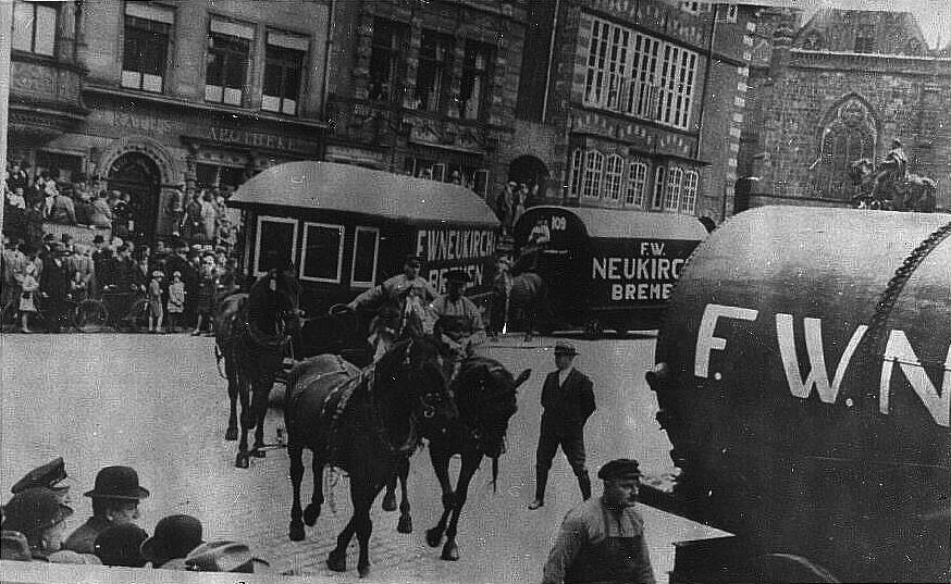 Pferdezugwagen-Kolonne um 1900